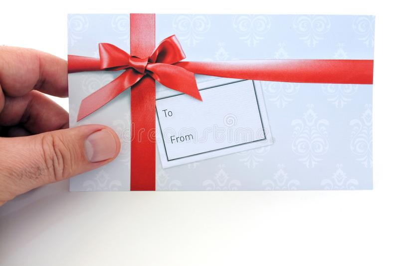 El hombre sostiene un carte cadeaux imágenes de archivo libres de regalías