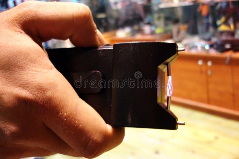 El hombre sostiene una pistola de aturdimiento foto de archivo libre de regalías