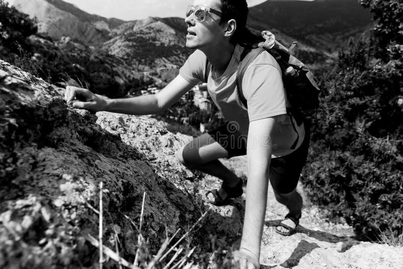 El hombre sube para arriba en roca imagen de archivo libre de regalías