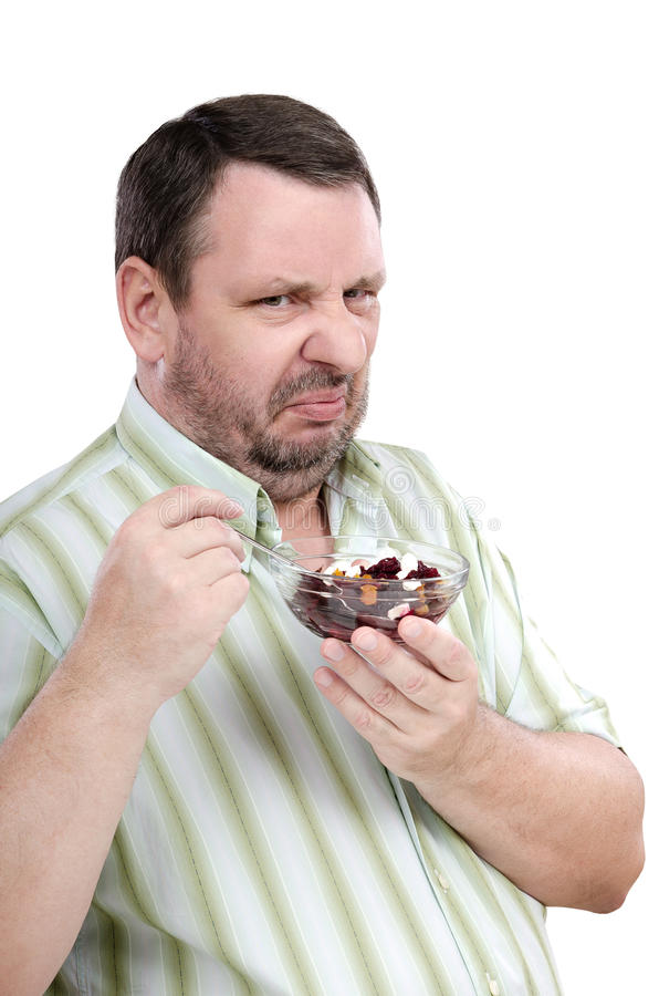 El hombre tiene una aversión fuerte a la ensalada de las remolachas imagen de archivo libre de regalías
