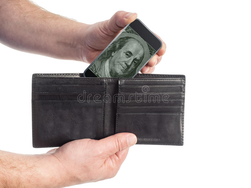 El hombre tira de Smartphone que contiene efectivo de su cartera imágenes de archivo libres de regalías