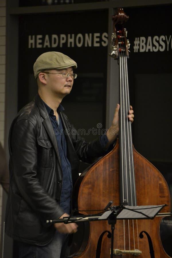 El hombre toca el violoncelo imágenes de archivo libres de regalías