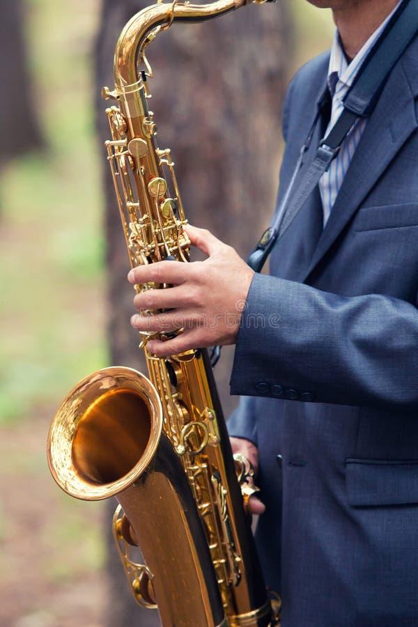 El hombre toca un saxofón foto de archivo libre de regalías