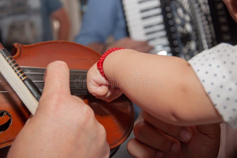 El hombre toca el viol?n fingeres en el violín fotos de archivo libres de regalías