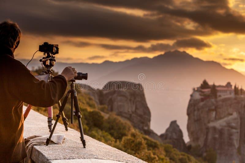 El hombre toma la foto del monasterio de Meteora foto de archivo