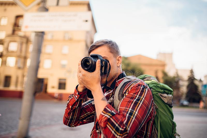 El hombre toma la imagen de atracciones turísticas en cámara imágenes de archivo libres de regalías