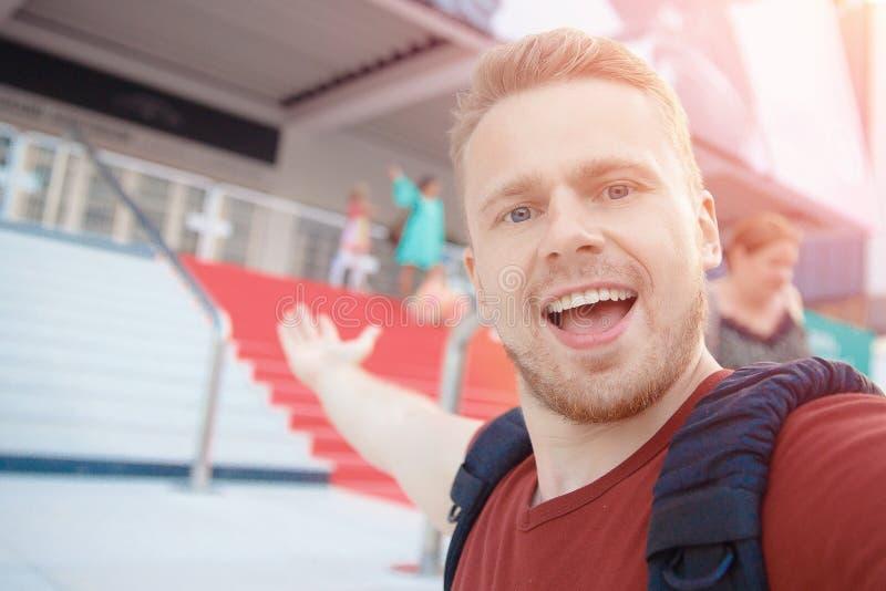 El hombre toma el selfie en fondo de la alfombra roja en el festival de cine de Cannes fotografía de archivo libre de regalías