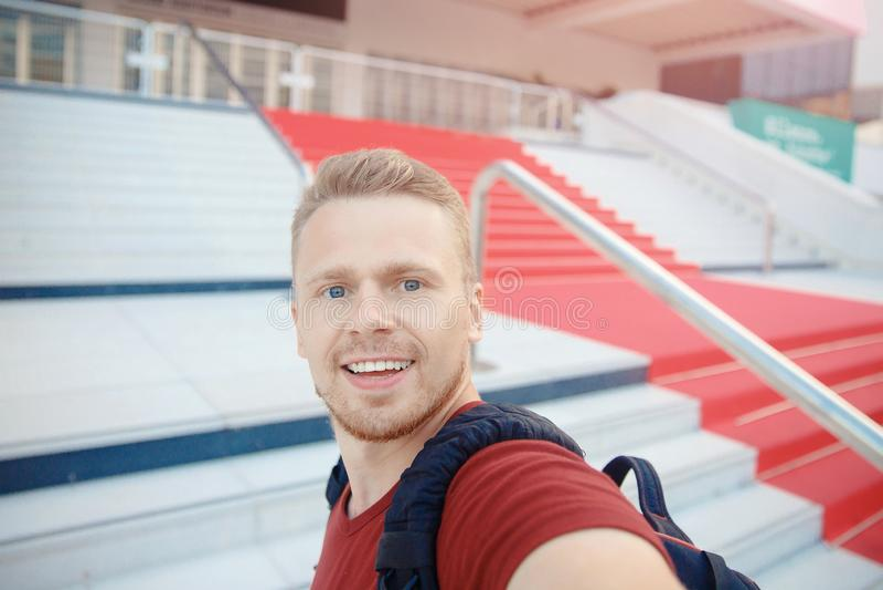 El hombre toma el selfie en fondo de la alfombra roja en el festival de cine de Cannes imagen de archivo libre de regalías