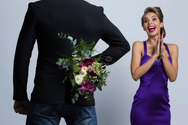 El hombre trae las flores a la mujer fotos de archivo libres de regalías