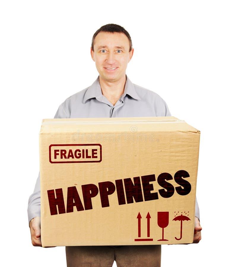 El hombre trajo una caja de cartón grande con felicidad imagenes de archivo