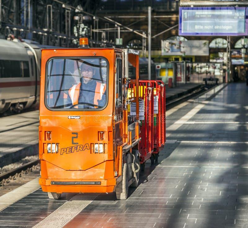 El hombre transporta mercancías en un coche eléctrico en el ferrocarril imágenes de archivo libres de regalías