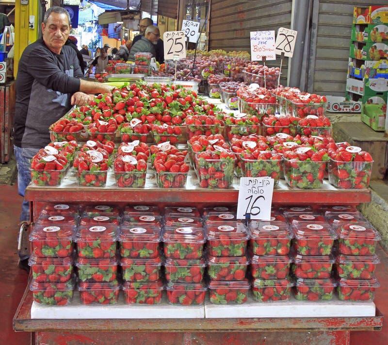 El hombre vende la fresa en el mercado de Carmel en Tel Aviv, Israel fotos de archivo libres de regalías
