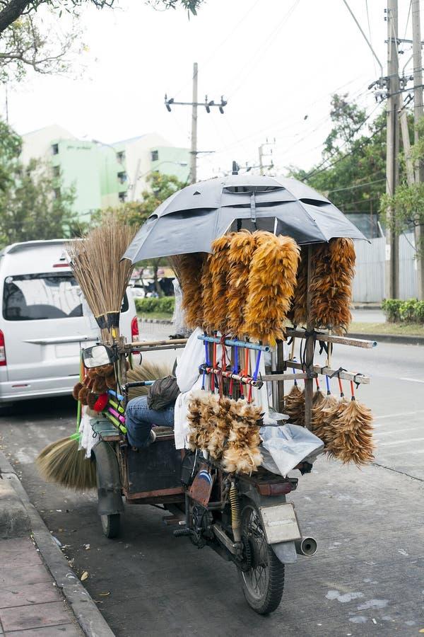 El hombre vende los plumeros de la pluma, Bangkok, Tailandia fotos de archivo