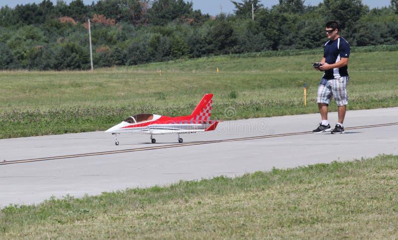 El hombre vuela a Airplane modelo con el regulador imagenes de archivo