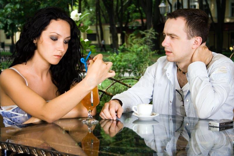 El hombre y la bebida de la mujer imagen de archivo libre de regalías