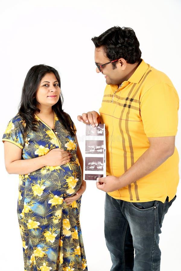 El hombre y la esposa embarazada está llevando a cabo ultrasonido del bebé a disposición fotos de archivo