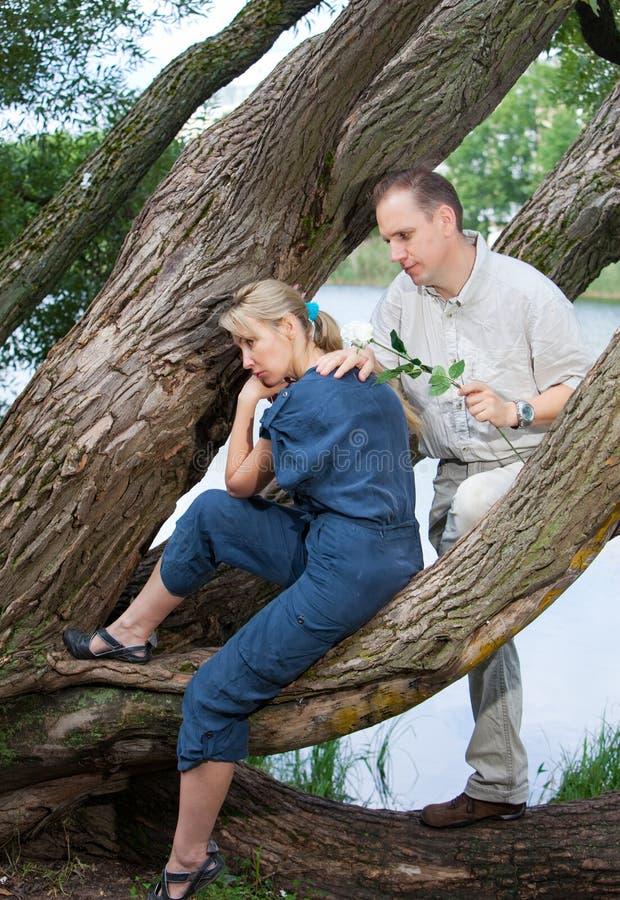 El hombre y la mujer cerca del lago fotografía de archivo libre de regalías
