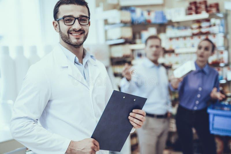 El hombre y la mujer compra medicamentos en farmacia foto de archivo