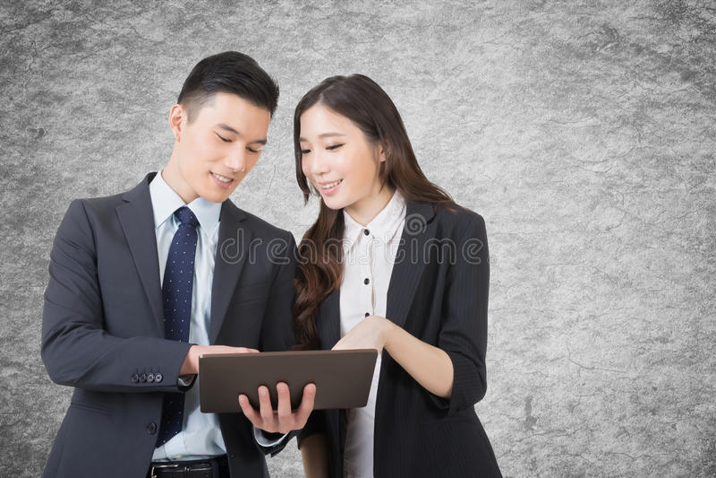 El hombre y la mujer de negocios discuten foto de archivo libre de regalías