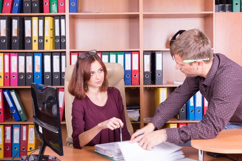 El hombre y la mujer discuten en oficina fotografía de archivo libre de regalías