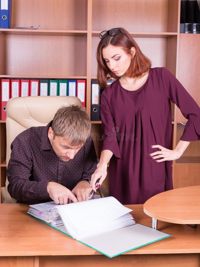 El hombre y la mujer discuten en oficina foto de archivo