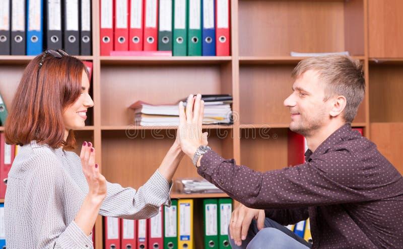 El hombre y la mujer juntos juega muy bien fotos de archivo