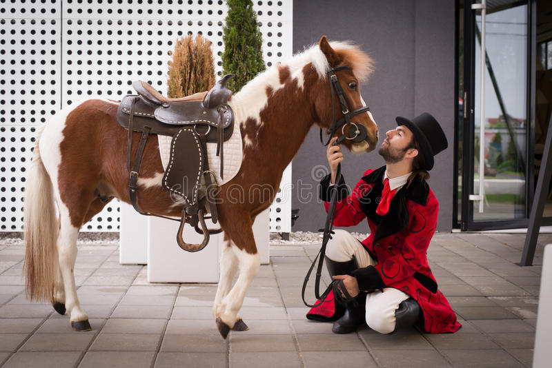 El hombre y su caballo imagen de archivo