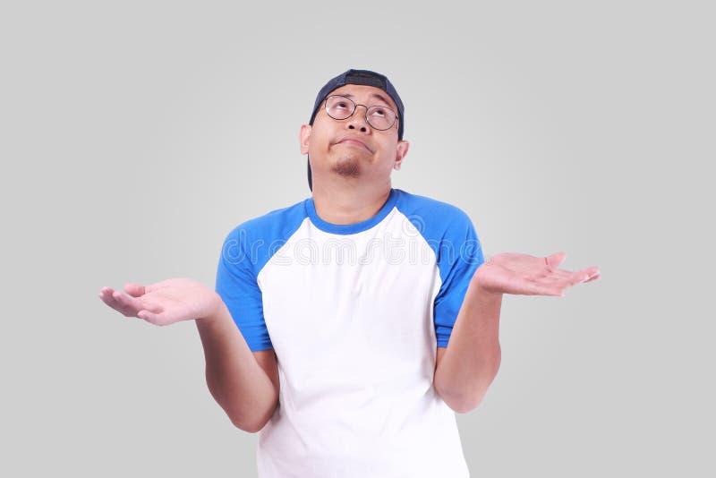 El hombro del encogimiento de hombros para arriba que muestra el ` t de I Don conoce gesto fotografía de archivo