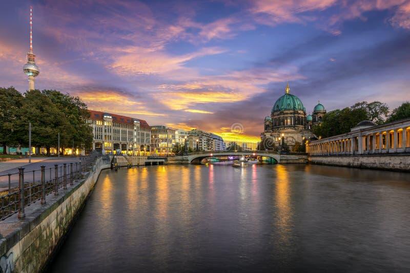 El horizonte de Berlín durante tiempo de la puesta del sol imagenes de archivo