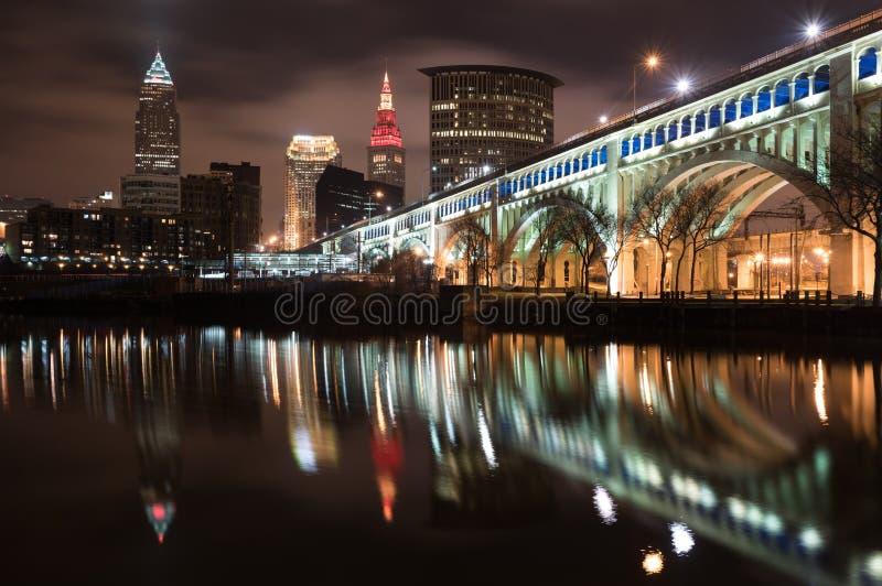 El horizonte de Cleveland y el río de Cuyahoga en la noche fotos de archivo