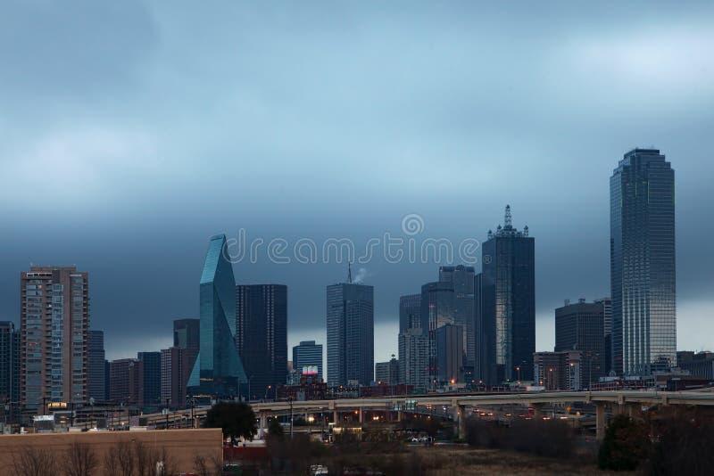 El horizonte de Dallas en la oscuridad foto de archivo