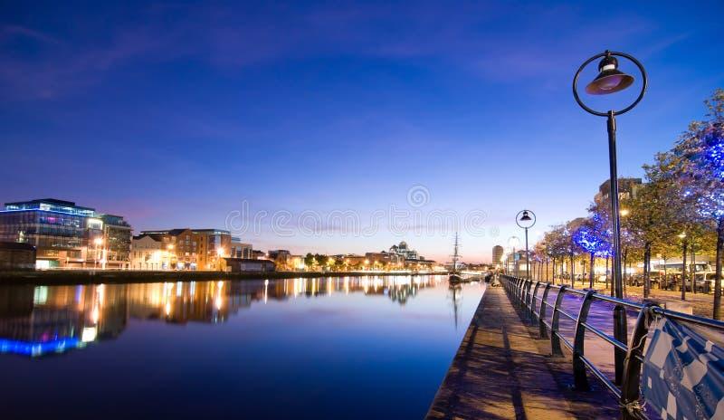 El horizonte de Dublín en la puesta del sol