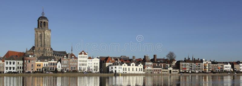 El horizonte de la ciudad de Deventer en los Países Bajos imagen de archivo libre de regalías