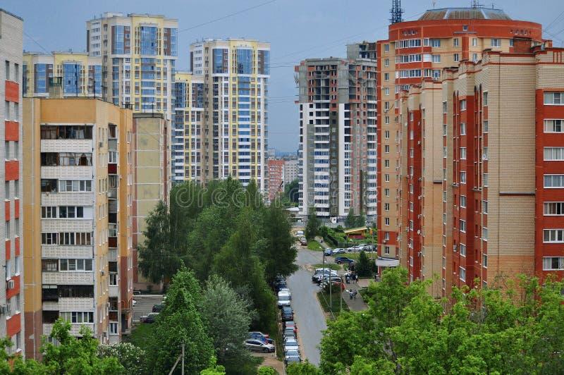 El horizonte de la ciudad que pasa por alto las casas coloridas de varios pisos fotos de archivo