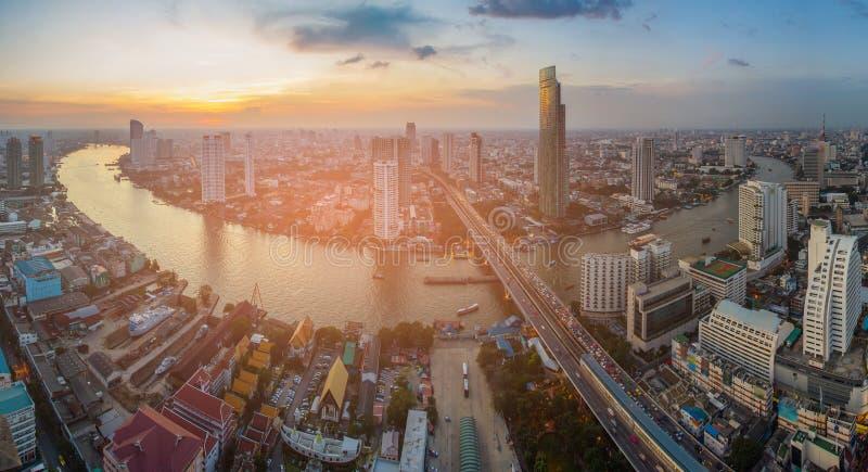 El horizonte de la puesta del sol sobre panorama de la ciudad de Bangkok sobre el río curvó foto de archivo