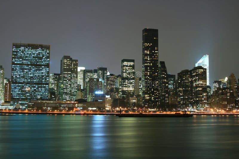 El horizonte de Manhattan del Midtown en la noche se enciende, NYC fotos de archivo