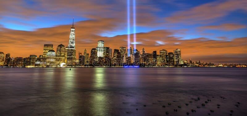 El horizonte de New York City con 9/11 se enciende por la mañana fotos de archivo libres de regalías