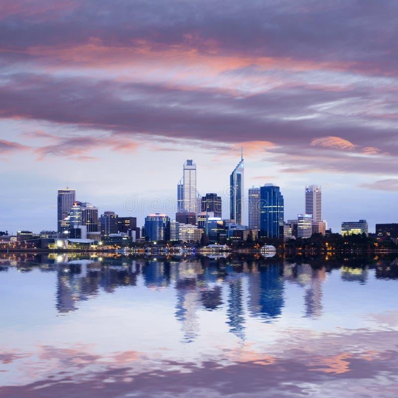 El horizonte de Perth reflejó en el río del cisne imágenes de archivo libres de regalías