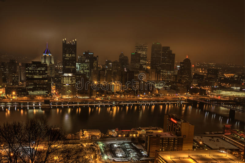 El horizonte de Pittsburgh en la noche imagen de archivo libre de regalías