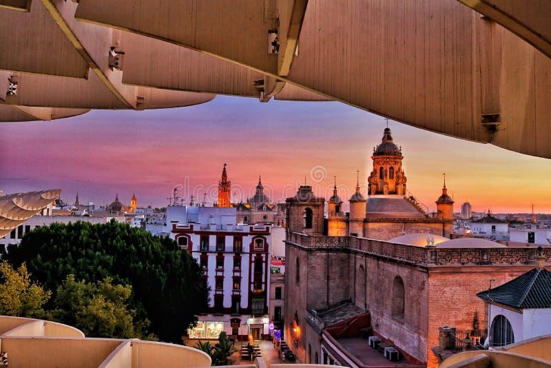 El horizonte de Sevilla pone una demostración majestuosa fotos de archivo libres de regalías