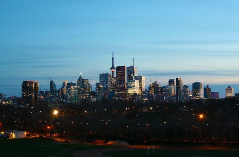El horizonte de Toronto en la noche del parque de Riverdale fotografía de archivo