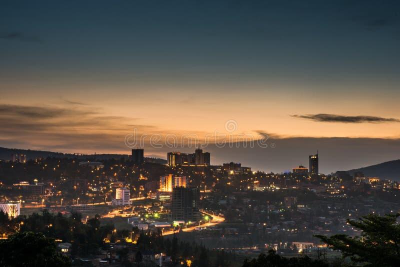 El horizonte del centro de ciudad de Kigali y los alrededores se encendieron para arriba en la oscuridad rwanda foto de archivo libre de regalías