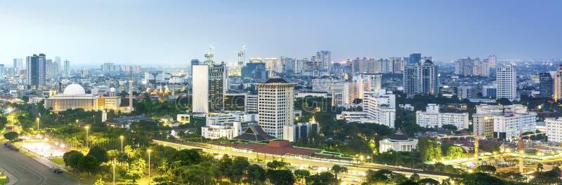 El horizonte panorámico de Jakarta con símbolo icónico le gusta la mezquita y de los rascacielos de Istiqlal fotos de archivo libres de regalías