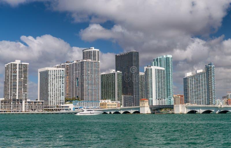 El horizonte y los edificios de Miami acercan al terraplén veneciano, la Florida imagen de archivo