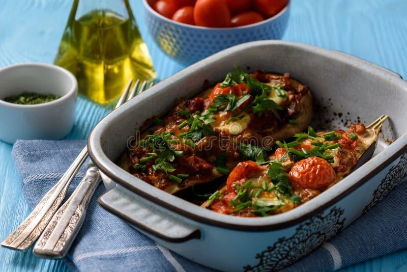 El horno asó las berenjenas rellenas con los tomates y la mozzarella foto de archivo libre de regalías