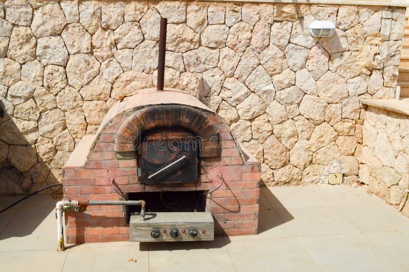 El horno, piedra, fuego, chimenea, cocinando, ladrillo, comida, calor, madera, estufa, italiano, pizza, comida, viejo, tradiciona foto de archivo