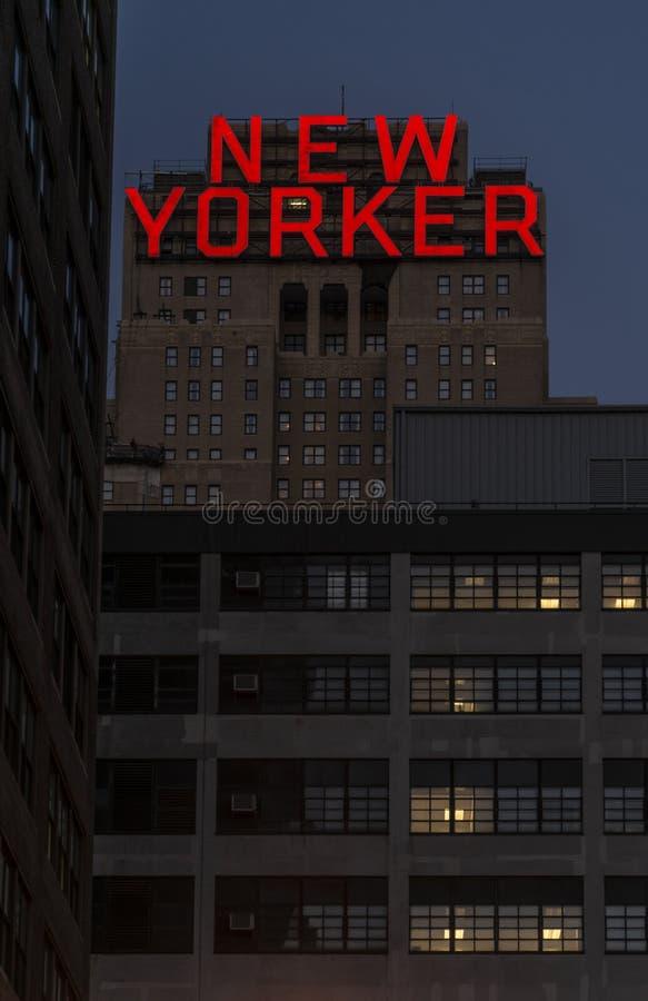 El hotel del neoyorquino en 8vo Avenida en la noche en Manhattan, Nueva York fotos de archivo