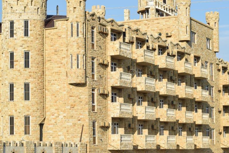 El hotel en la forma de cerradura revestida con la piedra de Daguestán imagen de archivo libre de regalías