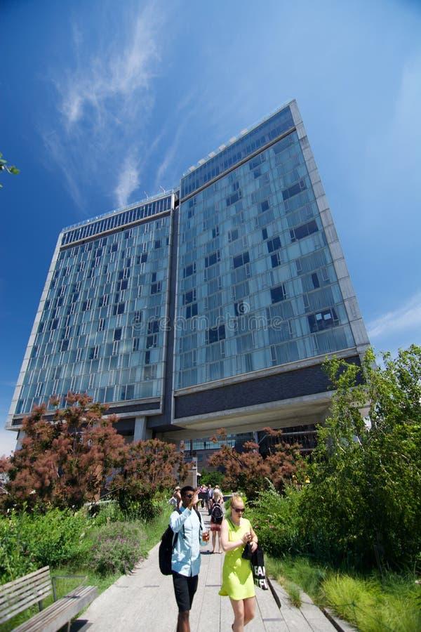 El hotel estándar y la alta línea parque en New York City fotos de archivo