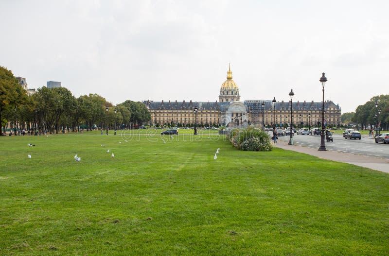 El hotel nacional de Invalides es un gran complejo de edificios con el museo y Napoleon Tomb del ejército en París, Francia imagen de archivo libre de regalías